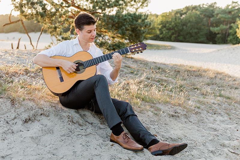 Martijn Buijnsters speelt gitaar
