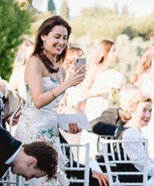 Bruiloftgasten met muziek